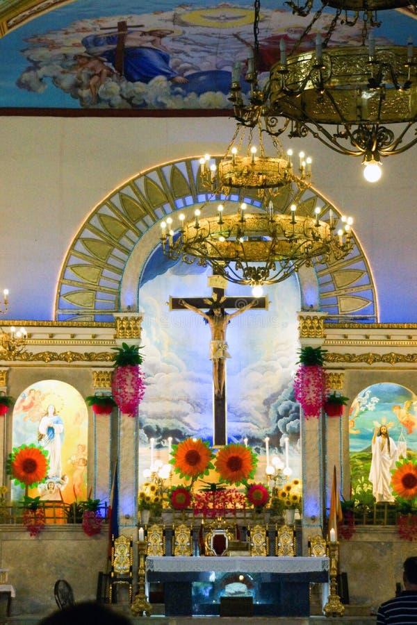 El altar de la iglesia de Lucban, San Louis Obispo Parish, provincia de Quezon, Filipinas fotografía de archivo