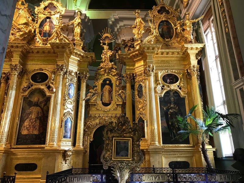El altar más grande de la iglesia más grande foto de archivo
