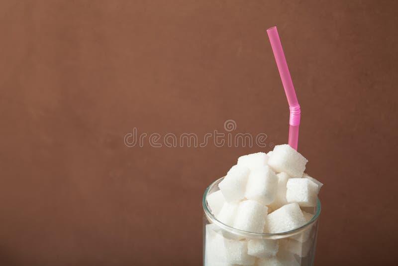 El alto contenido dulce y calórico de la soda y de la energía bebe concepto en la nutrición malsana imágenes de archivo libres de regalías