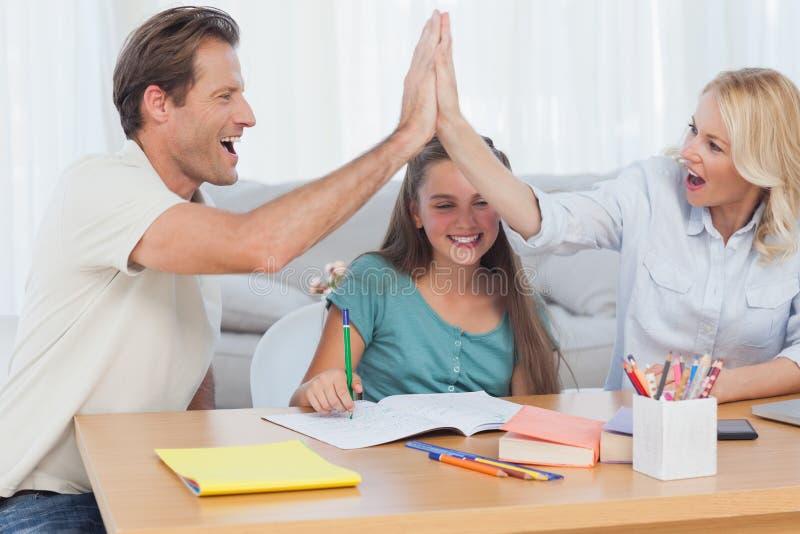 El alto fiving de los padres felices imágenes de archivo libres de regalías