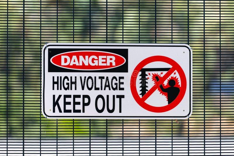 El alto voltaje del peligro guarda hacia fuera la muestra en la estaci?n sub el?ctrica imagen de archivo libre de regalías