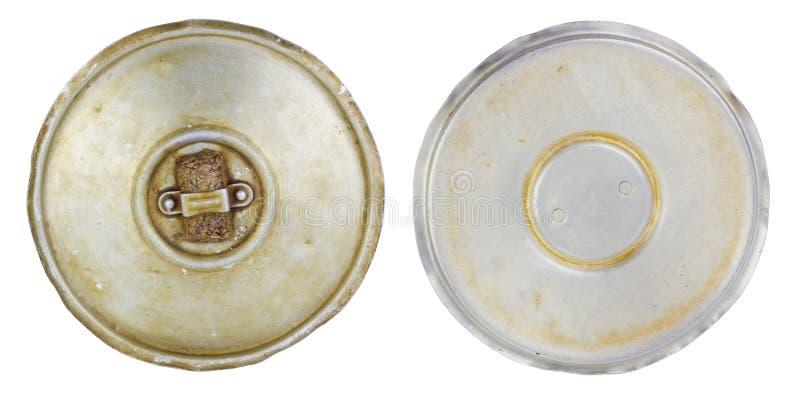 El aluminio aceitoso arrugó la tapa de la cacerola de la cocina foto de archivo