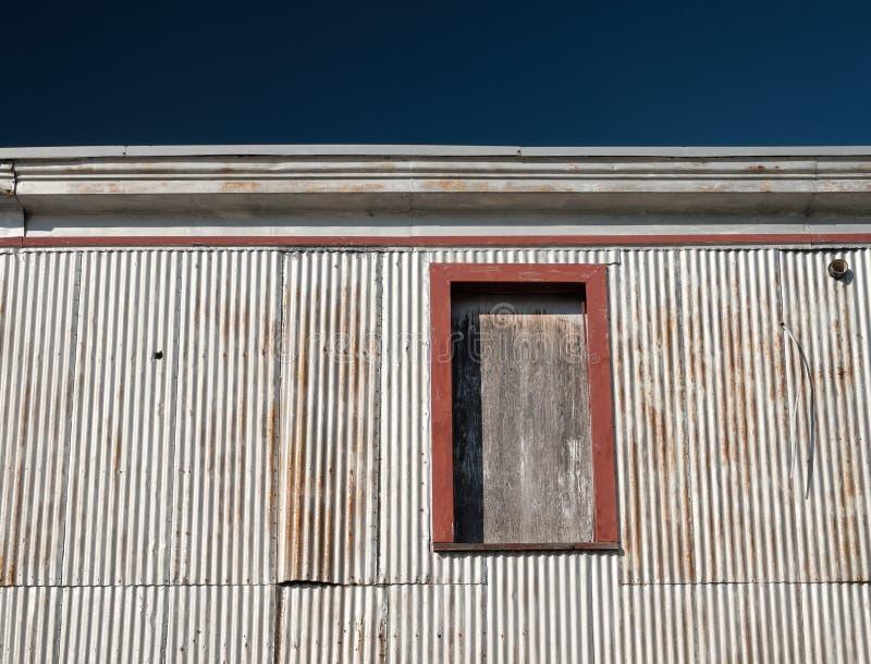 El aluminio echó a un lado vieja estructura del área de embarque en Nueva Inglaterra fotos de archivo