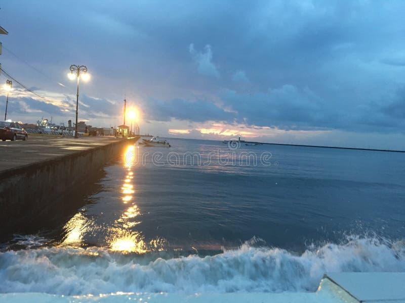 El amanecer delante del mar fotos de archivo