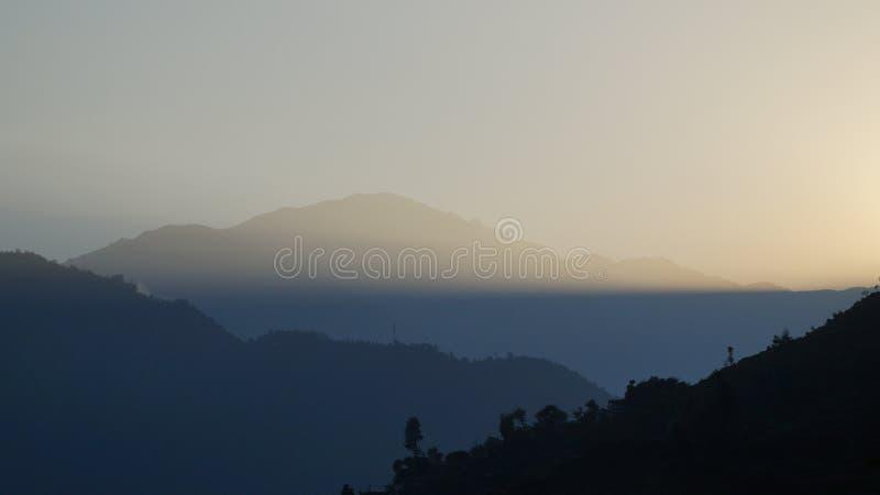 El amanecer detrás de la montaña imagen de archivo libre de regalías