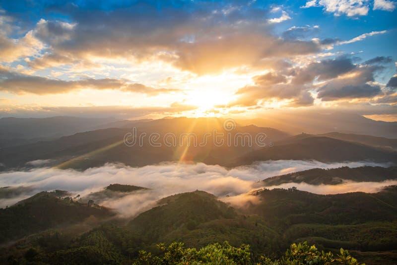 El amanecer en la montaña, las cumbres de Gunung Silipat ubicadas en la provincia de Yala al sur de Tailandia, es uno de los pico imagen de archivo