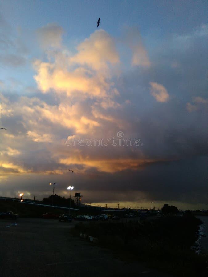 El amanecer se nubla la tormenta imagenes de archivo