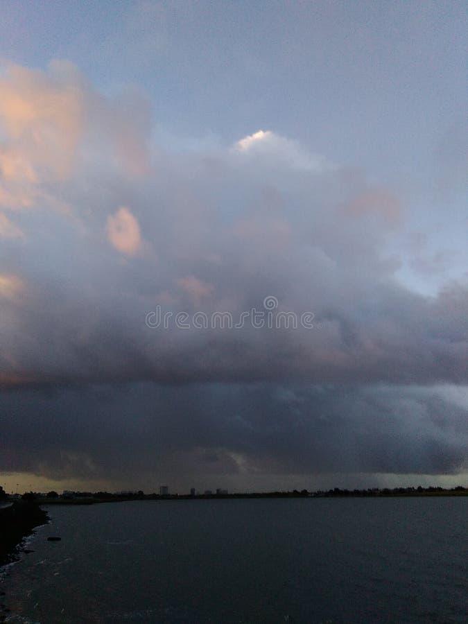 El amanecer se nubla la tormenta imagen de archivo