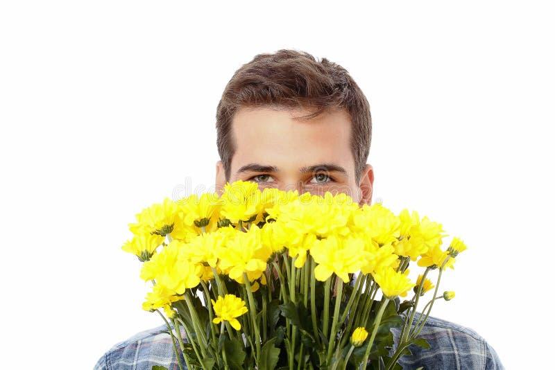 El amarillo florece cerca de cara del ` s del hombre con el espacio de la copia Aislado en el fondo blanco Mofa para arriba Día d fotos de archivo libres de regalías