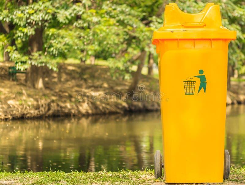 Download El amarillo recicla foto de archivo. Imagen de ecología - 42444670