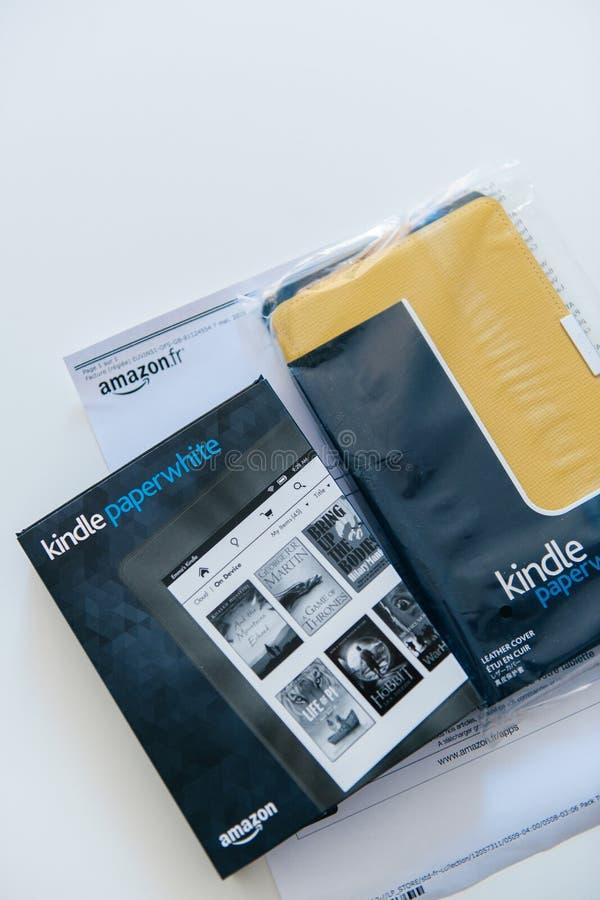 El Amazonas Kindle Paperwhite y cubierta amarilla del cuero de Kindle imágenes de archivo libres de regalías