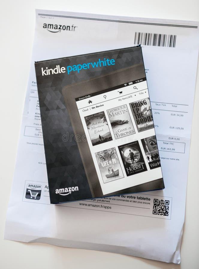 El Amazonas Kindle Paperwhite y cubierta de cuero de la protección en el whi foto de archivo