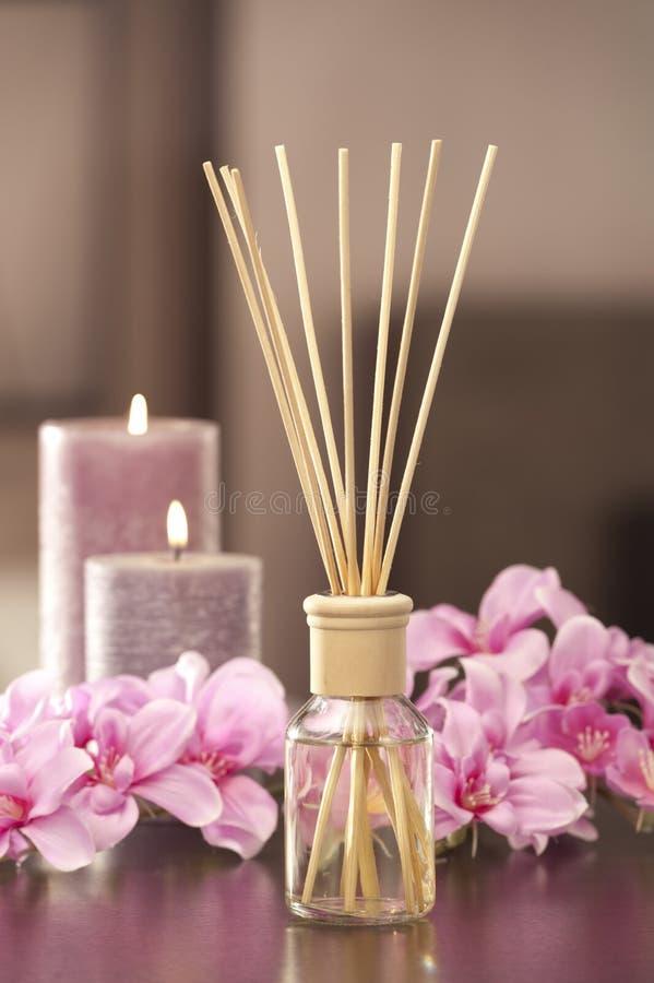 El ambientador de aire se pega en casa con las flores y el ou del backgr del foco imágenes de archivo libres de regalías