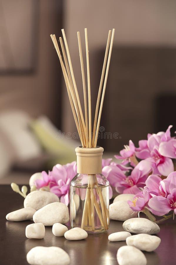 El ambientador de aire se pega en casa con las flores y el ou del backgr del foco fotografía de archivo