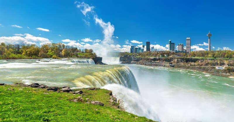 El americano se cae en Niagara Falls - Nueva York, los E.E.U.U. foto de archivo