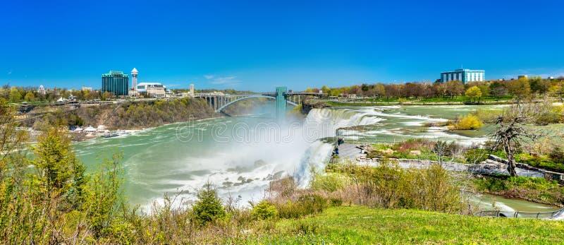 El americano se cae en Niagara Falls - Nueva York, los E.E.U.U. fotos de archivo