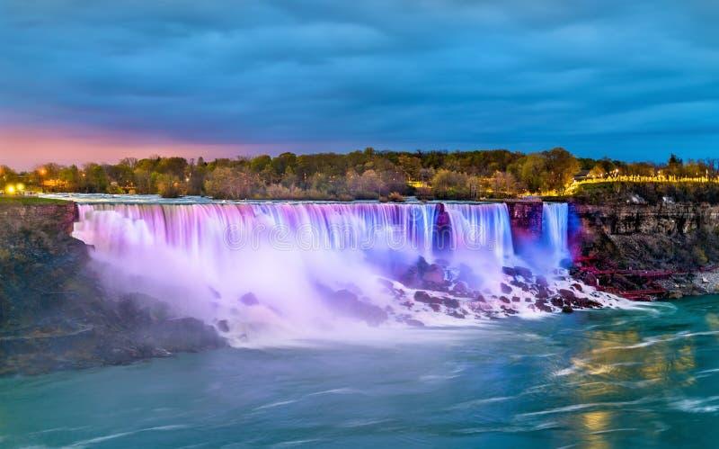 El americano se cae y el velo nupcial baja en Niagara Falls según lo visto de Canadá fotos de archivo libres de regalías