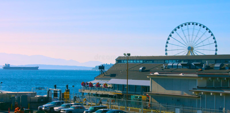 El AMI 5, 2019 de Seattle, Washington, los E.E.U.U. Embarcadero 55 y 54 de la costa de Seattle Visi?n c?ntrica desde el transbord fotos de archivo
