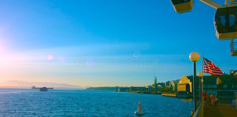 El AMI 5, 2019 de Seattle, Washington, los E.E.U.U. Vista de la gran rueda de Seattle en el embarcadero 57 y del puerto de Seattl fotografía de archivo