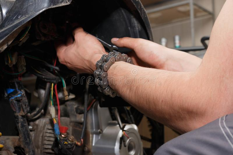 El amo conduce el desmontaje del equipo para el mantenimiento fotografía de archivo libre de regalías