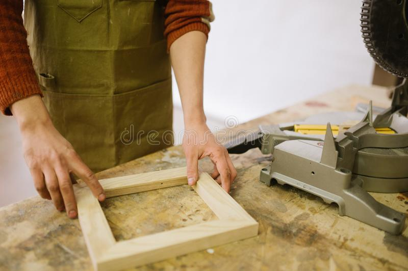 El amo hizo un marco de madera imagenes de archivo