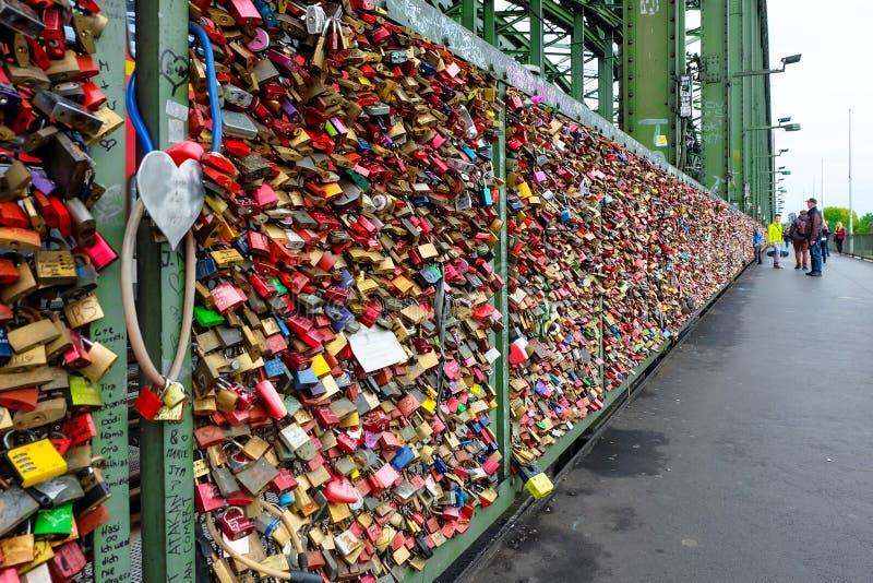 El amor cierra la ejecución en el puente de Hohenzollern imagen de archivo libre de regalías