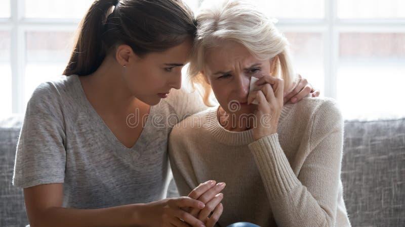 El amor crecido encima de hija calma a la madre envejecida media fotos de archivo libres de regalías
