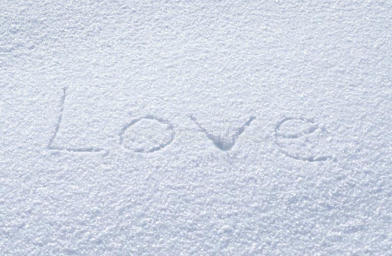 El amor en la nieve, el símbolo de la inscripción del día de tarjeta del día de San Valentín fotografía de archivo libre de regalías