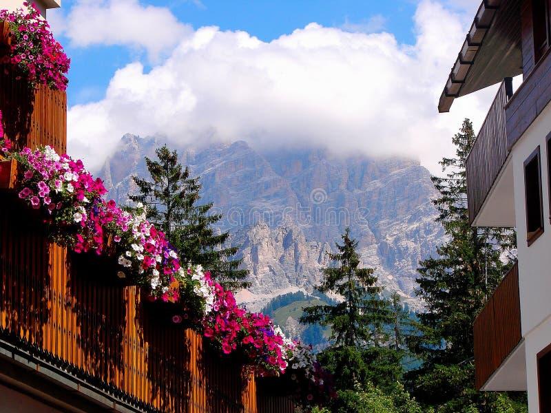 El ` Ampezzo de la cortina d tiene una historia de mil años y una larga tradición como destino turístico: Montañas de las dolomía fotos de archivo