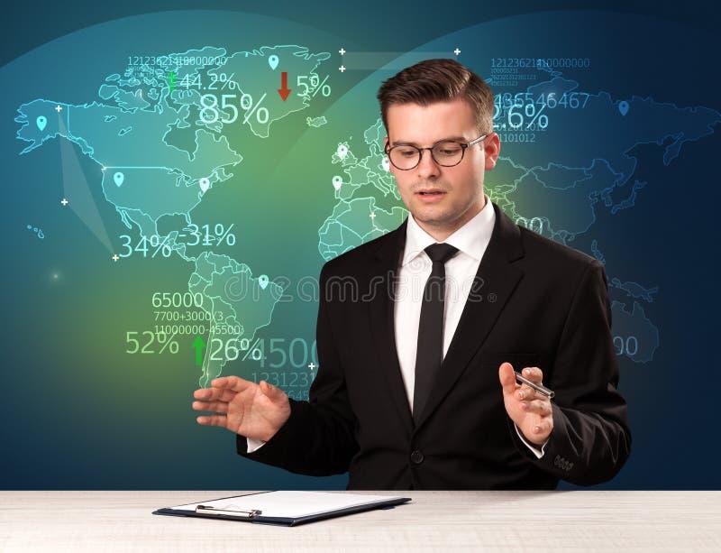 El analista de mercado comercial es noticias del comercio mundial de la información del estudio con imagenes de archivo