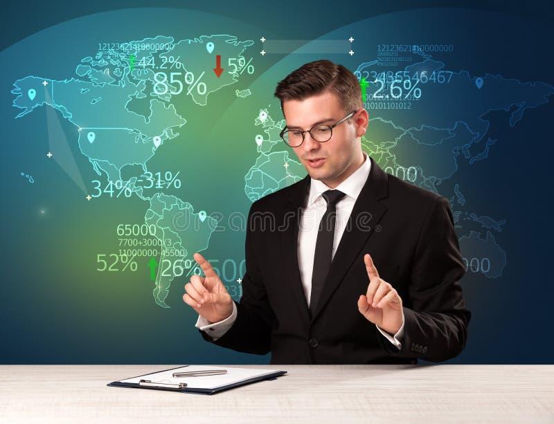 El analista de mercado comercial es noticias del comercio mundial de la información del estudio con fotos de archivo libres de regalías