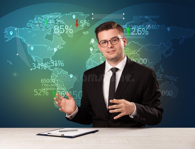 El analista de mercado comercial es noticias del comercio mundial de la información del estudio con concepto del mapa imagen de archivo