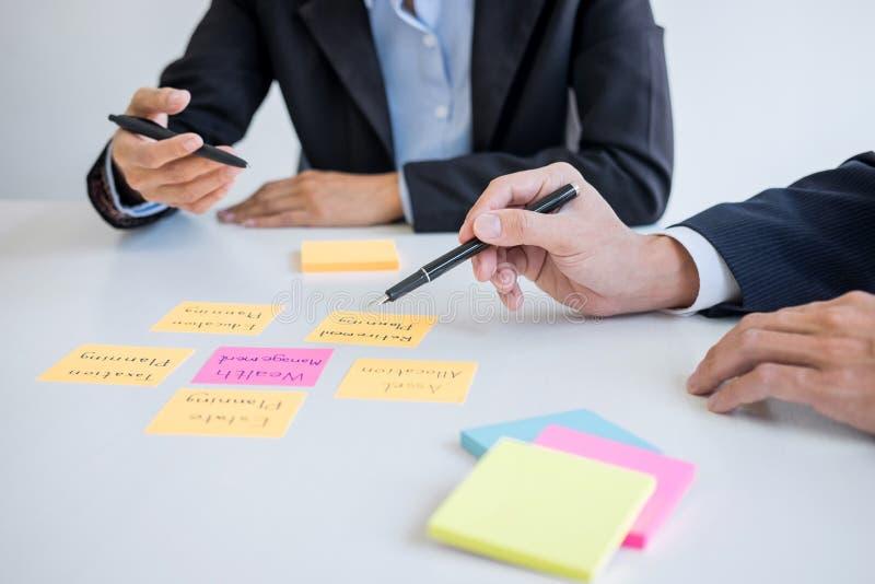 El analizar y c?lculo ejecutivos de la contabilidad del equipo del negocio sobre el fondo de inversi?n de los datos de la evaluac fotografía de archivo libre de regalías