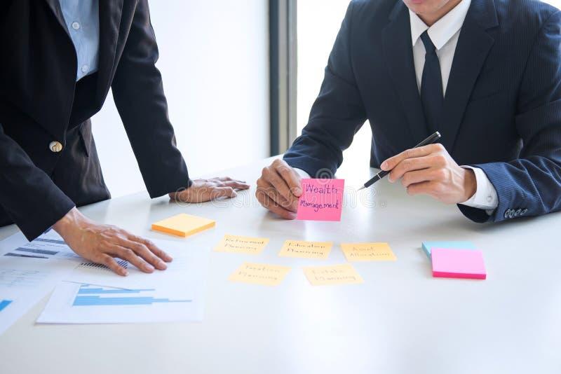El analizar y c?lculo ejecutivos de la contabilidad del equipo del negocio sobre el fondo de inversi?n de los datos de la evaluac fotos de archivo