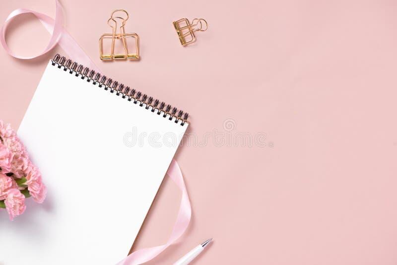 El anf del cuaderno de la visión superior florece en la mesa Para casarse el plann fotografía de archivo