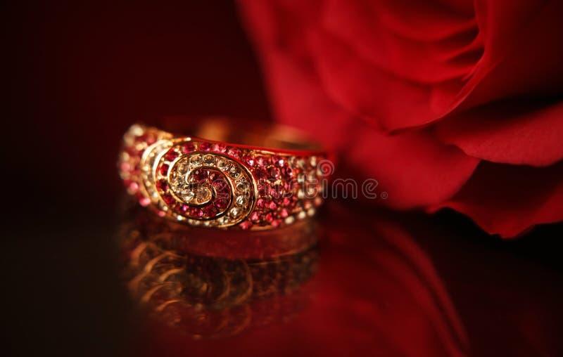El anillo con los diamantes y el rojo se levantaron fotografía de archivo libre de regalías