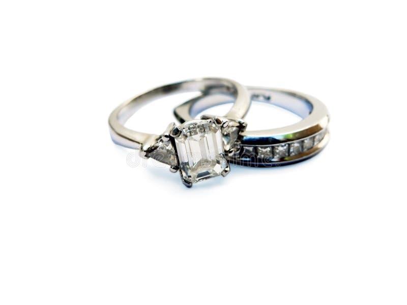 El anillo de bodas de diamante aisló imagenes de archivo