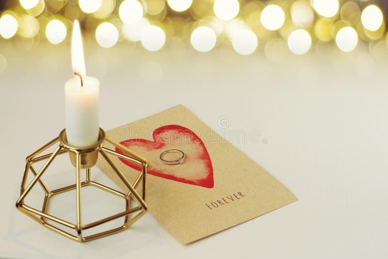 El anillo de diamante del compromiso en una tarjeta dice para siempre imagen de archivo
