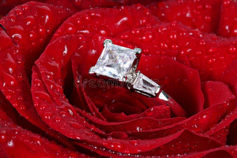 El anillo de diamante en rojo se levantó fotografía de archivo libre de regalías