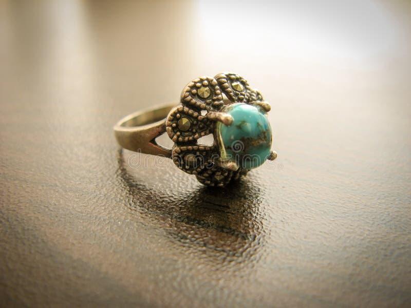 El anillo de la turquesa de las mujeres azules del anillo Primer del anillo de plata adornado con la piedra azul de la turquesa imagenes de archivo