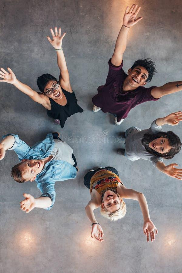 El animar de los estudiantes universitarios foto de archivo