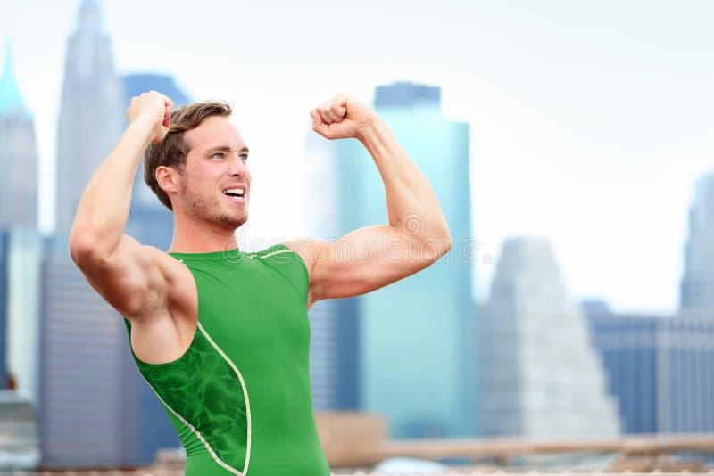 El animar que gana celebrando el corredor del atleta fotos de archivo