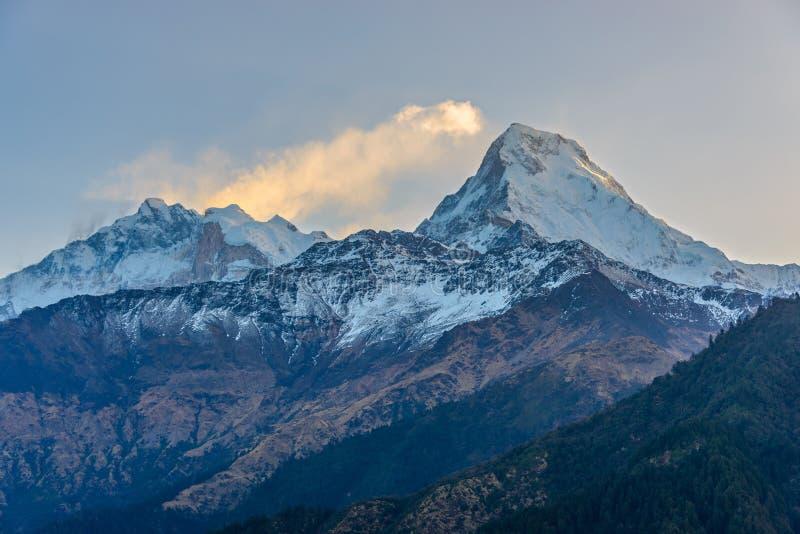 El Annapurnas en la salida del sol en Nepal imagenes de archivo