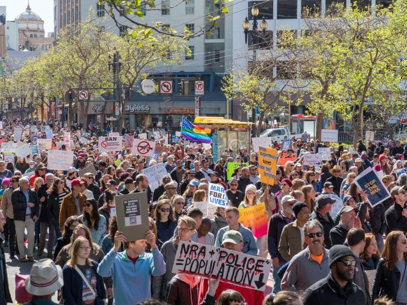 el Anti-arma y los manifestantes anti-NRA en marzo por nuestras vidas se reúnen en S imagen de archivo