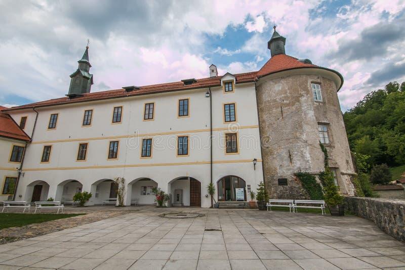 El antiguo castillo del pueblo medieval de Skofja Loka en Eslovenia fotografía de archivo libre de regalías