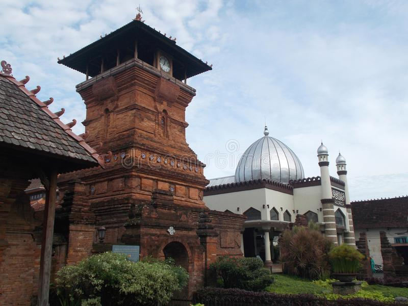El antiguo de los alminares y de la mezquita Indonesia del kudus imágenes de archivo libres de regalías