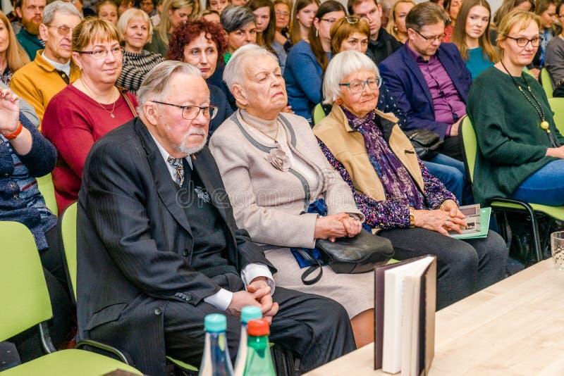 El antiguo jefe del estado Vytautas Lansbergis, el padre del escritor del libro, se está sentando en la primera fila con su espos foto de archivo