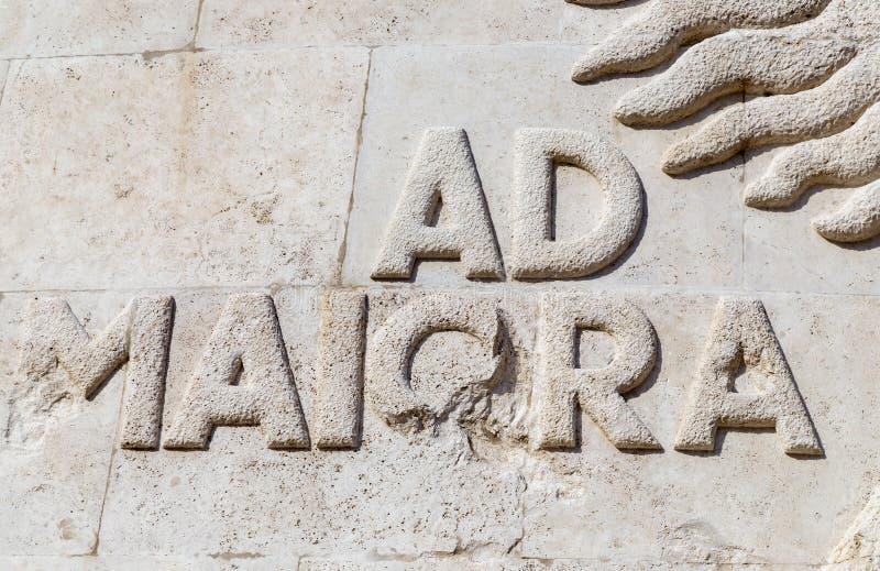 El anuncio Maiora, la frase latina fijó en piedra foto de archivo