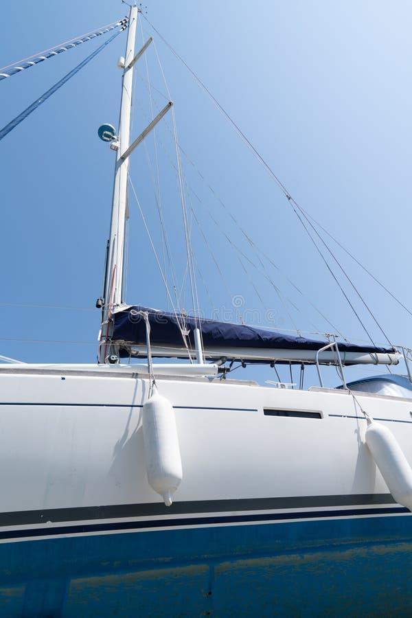 El aparejar de navegar cuerdas y los detalles del palo de los yates foto de archivo