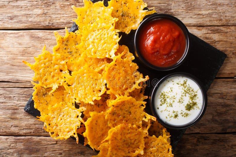 El aperitivo delicioso de los microprocesadores del queso cheddar con las hierbas sirvió con el primer de las salsas visi?n super imagen de archivo libre de regalías